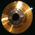Коллекция Золотые виниловые диски 27 наименований стоимостью от 16300 до 29800 руб. Золотые виниловые диски с записями легендарных рок-групп украсят коллекцию любого меломана. Время проходит, меняется мода на музыку, появляются и исчезают группы-однодневки. Лишь немногие исполнители, чьи песни заслужили право называться искусством, заняли свое уникальное место в истории музыки. Всегда актуальные, всегда интересные слушателю хорошо знакомые мелодии на золотых виниловых дисках — разве можно найти лучший подарок благодарным поклонникам рок-легенд. Пополните коллекцию друга раритетным виниловым диском со знаковыми альбомами всемирно известных рок-кумиров Deep Purple, Pink Floyd или The Beatles. Позолоченный виниловый диск в комплекте с оригинальным CD — подарок который не только запомнится, но и будет, будьте уверены, бережно храниться своим счастливым обладателем долгие годы. Музыка, неподвластная времени и моде на достойном ее носителе — такой подарок невозможно забыть. Дарите радость, дарите музыку, дарите легенду!