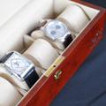 Коллекция Боксы для хранения часов 55 наименований стоимостью от 4990 до 14990 руб. Часы уже давно перестали выполнять исключительно номинативную функцию и превратились в один из главных атрибутов современного делового мира. Создать комфортные условия для хранения ваших механических или кварцевых часов вам помогут шкатулки LuxeWood признанного во всем мире немецкого бренда. Многообразие моделей позволяет каждому потенциальному покупателю выбрать себе изделие сообразно своим предпочтениям по цвету и оформлению. Внутренняя отделка может быть выполнена из серого велюра либо синтетической кожи высокого качества, а мягкие бархатные валики придают изделию необходимый домашний уют и гармонию. В зависимости от конструкции и функциональной оснащенности в шкатулках ЛюксВуд может храниться одновременно до 25 часов.