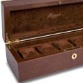 Коллекция Кожаные шкатулки для хранения часов 39 наименований стоимостью от 5000 до 109000 руб. Вместительные деревянные шкатулки со множеством отделений, покрытые глянцевым лаком, станут надежным хранилищем для украшений. А дорожный футляр для ювелирных изделий так удобно взять с собой в дорогу. В коллекции есть и разноцветные яркие сумочки из мягкой кожи. Шкатулки и дорожные футляры для хранения часов от Rapport London сделаны из натуральной кожи, каучука, дерева, внутри отделаны вельветом или бархатом. В некоторых моделях предусмотрены отделения для хранения украшений.